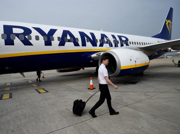 Aerei, il personale Ryanair minaccia  lo sciopero: a rischio migliaia di voli