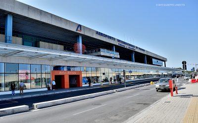 Fumo e odore acre in aeroporto, momenti di panico: scatta il fuggi fuggi