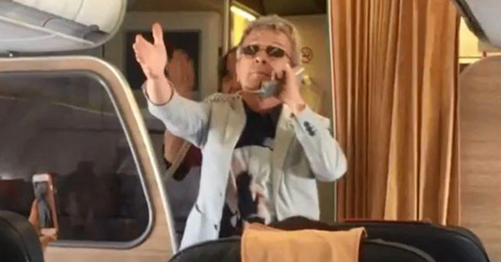 """Lite a bordo di un volo Alitalia: il cantante Pupo intona """"Su di noi"""" e riporta la situazione alla calma"""
