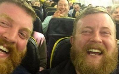 Gran Bretagna, incontra il suo sosia in aereo, ma osservando la foto si scopre un'unica differenza