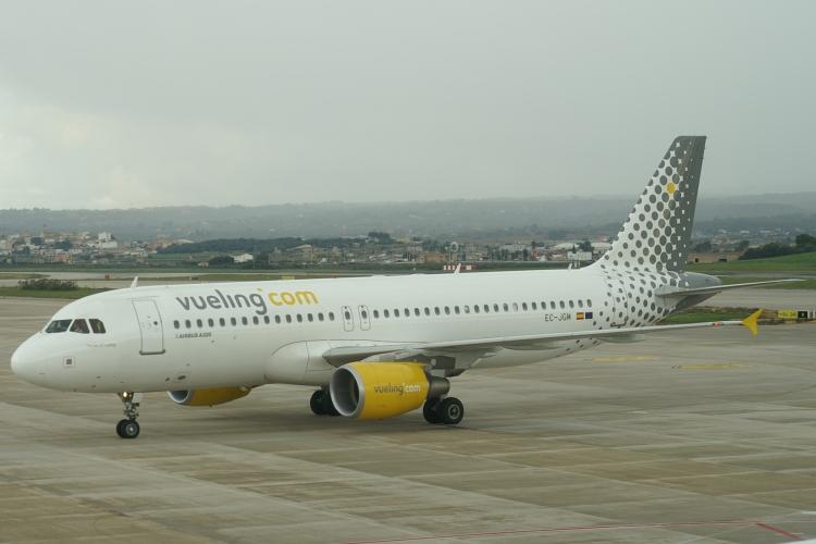 Cinquecento euro per un volo da Roma a Palermo o Catania, la Sicilia protesta contro il caro biglietti