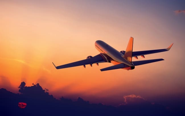 Paura in aeroporto, aereo fuori pista: pilota sventa tragedia