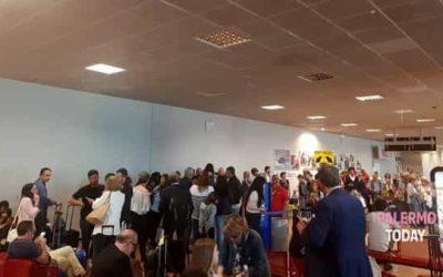 """Volo per Roma con 5 ore di ritardo, """"rivolta"""" in aeroporto dei passeggeri Ryanair"""
