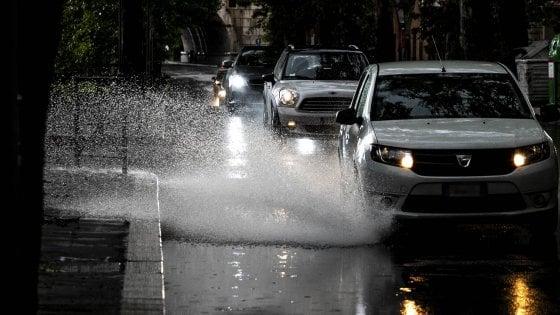 Maltempo: Palermo va in tilt, traffico bloccato per l'aeroporto. A Cefalù evacuato un B&B