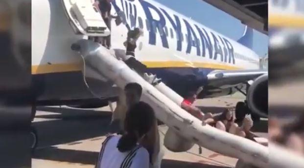 Ryanair, fuoco a bordo: aereo evacuato. Ruzzoloni sullo scivolo