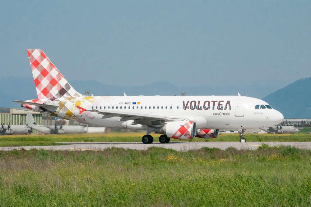 L'aereo Volotea che accumula tre ore di ritardo per riparare, con i passeggeri a bordo, un motore con lo scotch