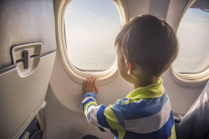 Un minorenne può viaggiare da solo in treno o in aereo?